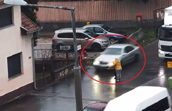 VIDEÓ: Eszetlenül száguldott végig a járdán, közben majdnem elgázolt egy gyereket és egy nőt az autós