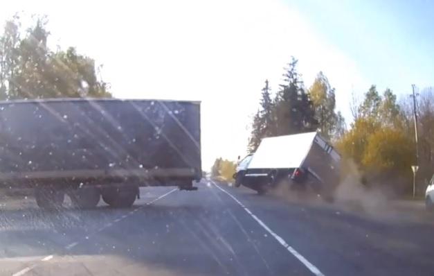VIDEÓ: Ez egy hajszálon múlt – Brilliáns mentéssel kerülte el a kisteherautós az ütközést