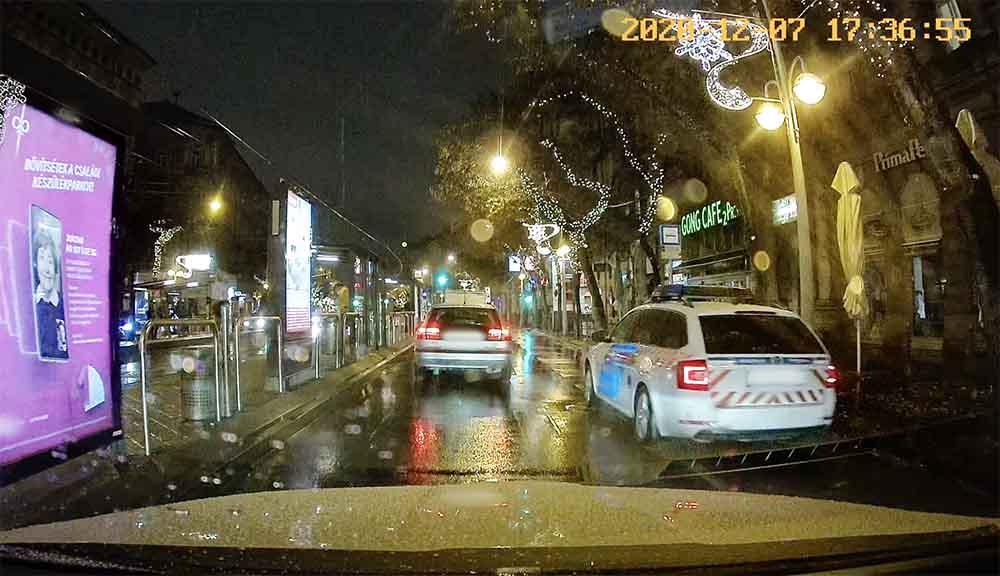 """VIDEÓ: Biciklis nem, de a rendőrautó """"legalább"""" kihasználta a nagykörúti kerékpársáv előnyeit a tegnapi """"csúcsban"""""""