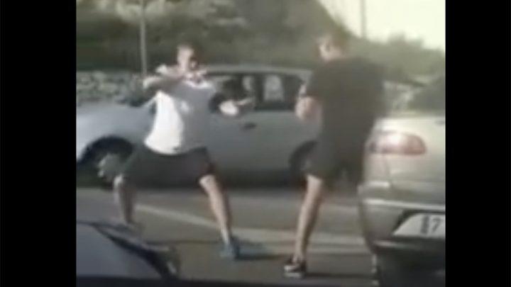 VIDEÓ: Kung fu a dugóban. Volt pörgőrúgás, meg minden