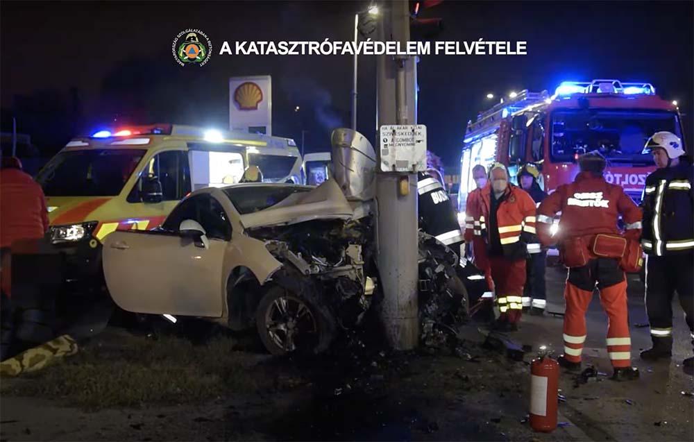 VIDEÓ: Oszlopnak csapódott egy autó a XI. kerületben, a Péterhegyi út és az Egér út kereszteződésénél