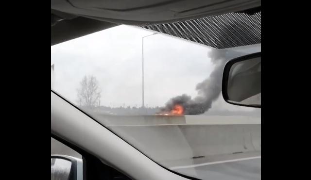 FOTÓK: Négy autó ütközött, majd az egyik kigyulladt az M1-M7 Budapest felé vezető oldalán délután