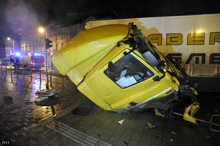 FOTÓK: Hatalmas baleset történt hajnalban a 13. kerületben