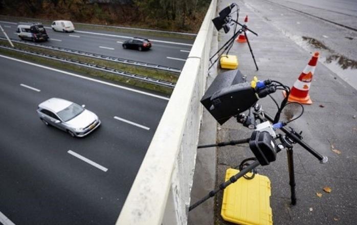 Hordozható és könnyen telepíthető okos kamerákkal szűrik a Hollandok a vezetés közben mobilozókat
