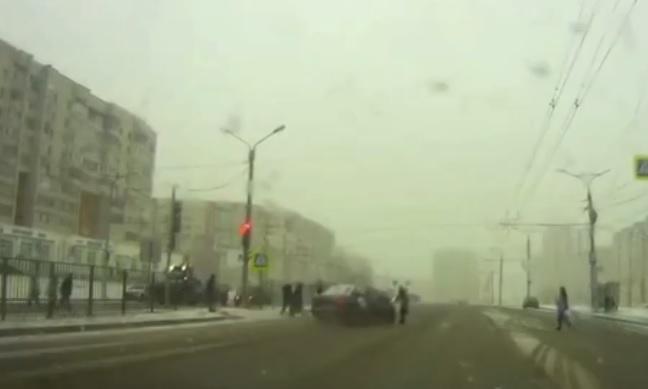 VIDEÓ: Hatalmas sebességgel száguldott a zebrán átkelő gyalogosok közé az autós – Isteni csoda, hogy nem történt tragédia