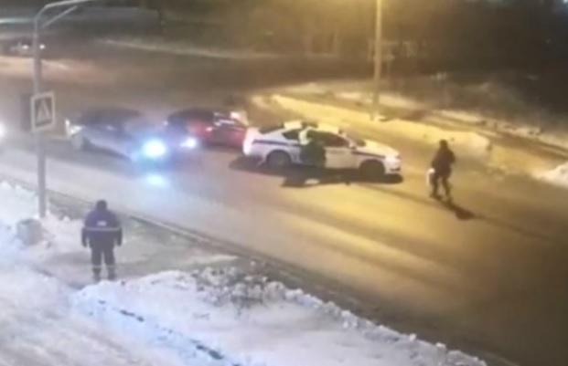 VIDEÓ: Karambollal akadályozták meg a rendőrök a gázolást