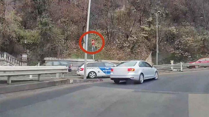 VIDEÓ: Majdnem baleset okozott, majd ezután piroson hajtott át a rendőrautó sofőrje a Hegyalja úton