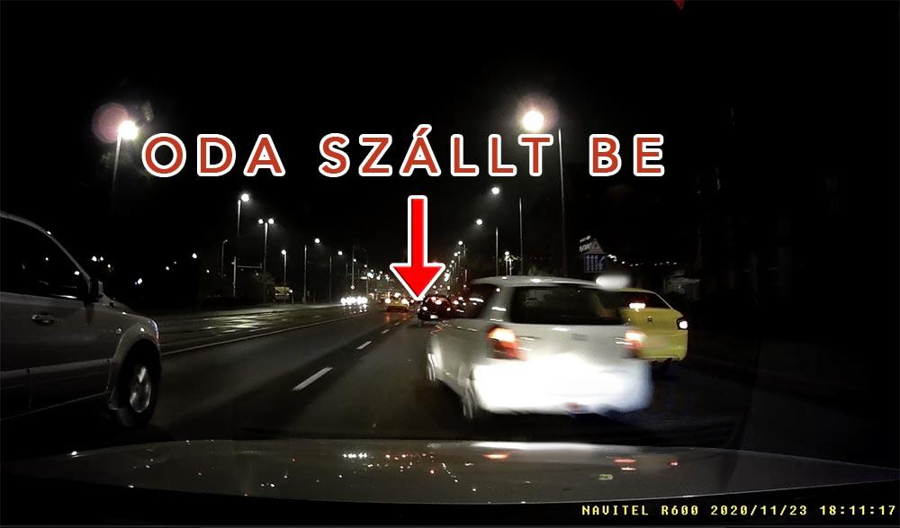 """VIDEÓ: Két autó közé csapódott be – némi eszement """"gépészkedés"""" után – egy Suzuki a Könyves Kálmán körúton"""