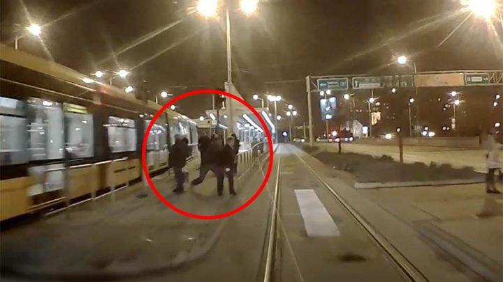 VIDEÓ: Villamos elé lépett volna a nő. Megmentette az életét a mögötte lévő férfi