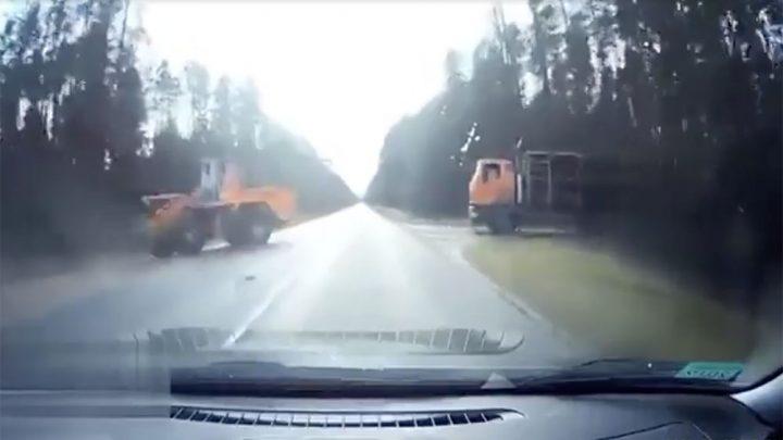 VIDEÓ: Óriási baleset lett belőle, mert nem vett észre egy apróságot, amikor át akart menni a két munkagép között