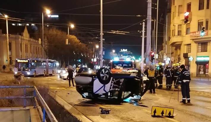 FOTÓK: Tetejére borult egy autómegosztós BMW a Váci úton