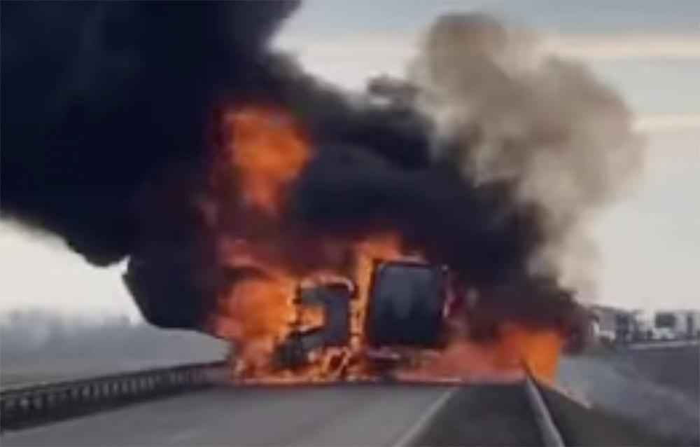 Meghalt egy ember a kecskeméti balesetben, ahol egy kamion teljesen kiégett, mikor összeütközött egy személyautóval
