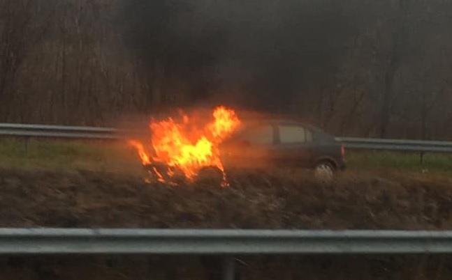 FOTÓK: Hatalmas lángokkal égett egy autó az M7-esen Balatonszemesnél, a Letenye felé vezető oldalon