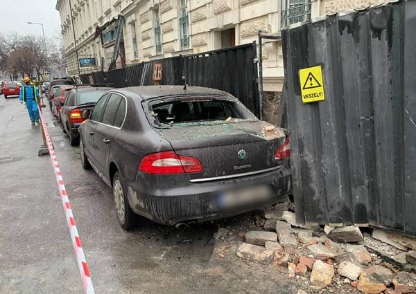 FOTÓK: Parkoló autókra omlott a Radetzky-laktanya fala