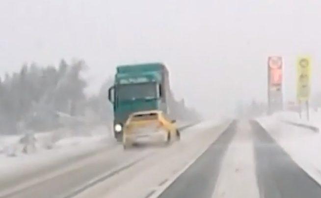 VIDEÓ: Havas, jeges úton előzött a Seat sofőrje, de majdnem bedarálta a szemből érkező kamion