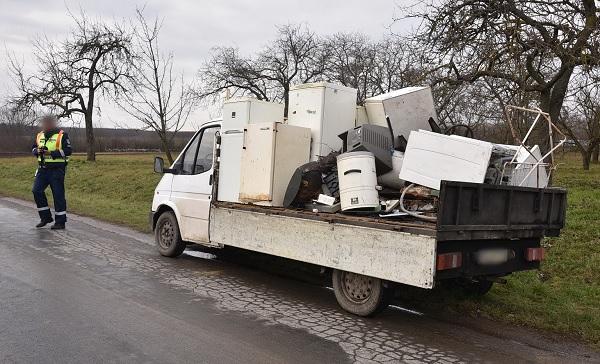 FOTÓK: Televízió és fémhulladék zuhant egy furgon elé, miután egy fémhulladék szállítónak lenyílt az oldalsó ajtaja