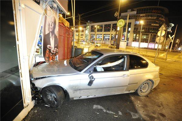 FOTÓK: 15 éves fiú száguldozott egy autóval, majd az Örs vezér terénél egy boltnak csapódott