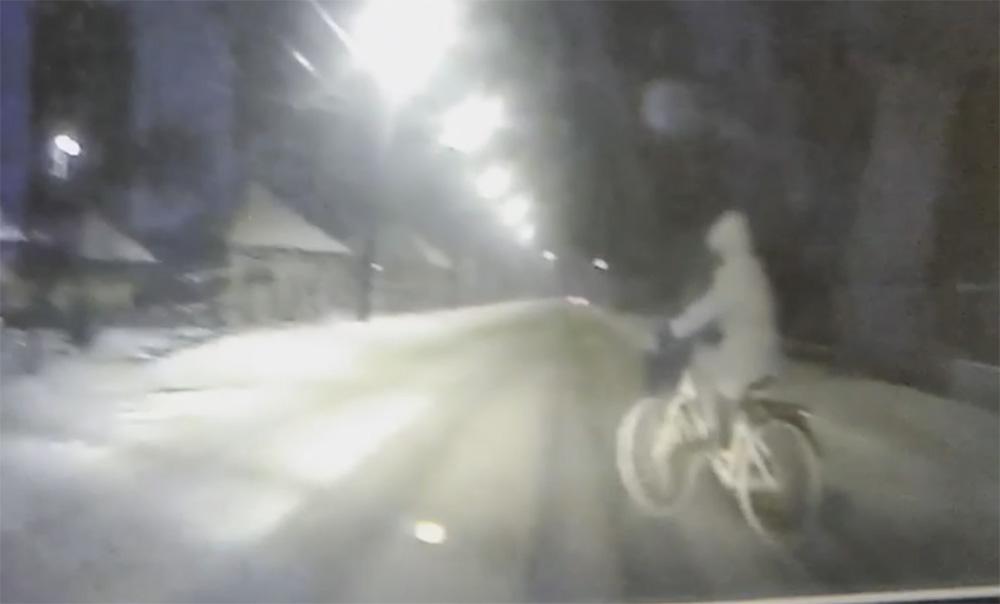 Videón, ahogy tehetetlenül elgázolják a szabálytalan kerékpárost