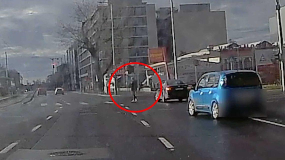 VIDEÓ: Majdnem egy gyalogost is elgázolt a sofőr, aki két pirosat vett semmibe a Könyves Kálmán körúton