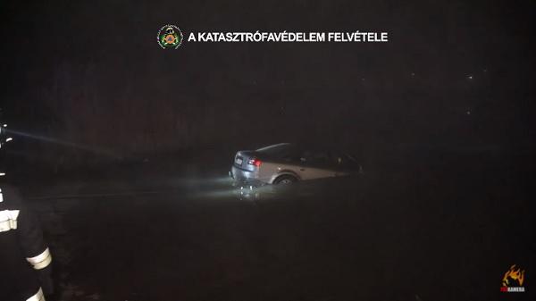 VIDEÓ: Dunába hajtott egy autós Soroksárnál, amikor a mozgásban lévő kompra akart felhajtani