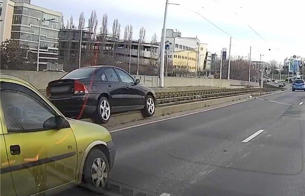 VIDEÓ: Felakadt egy Volvo a Rákóczi hídon. Ez menthette meg attól, hogy a sínekre hajtson