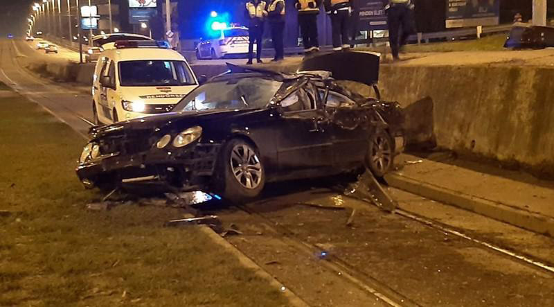 FOTÓK: Felüljáróról zuhant le a Róbert Károly körúti villamossínekre egy autó az éjszaka
