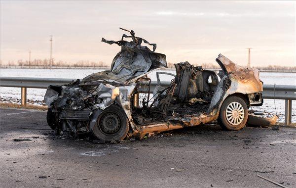 FOTÓK:  Négytagú család égett halálra, miután autójukkal egy teherautónak ütköztek tegnap Győrnél