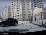 VIDEÓ: Na itt volt lélekjelenlét és szerencse. Megmenekült a csúszó BMW elől