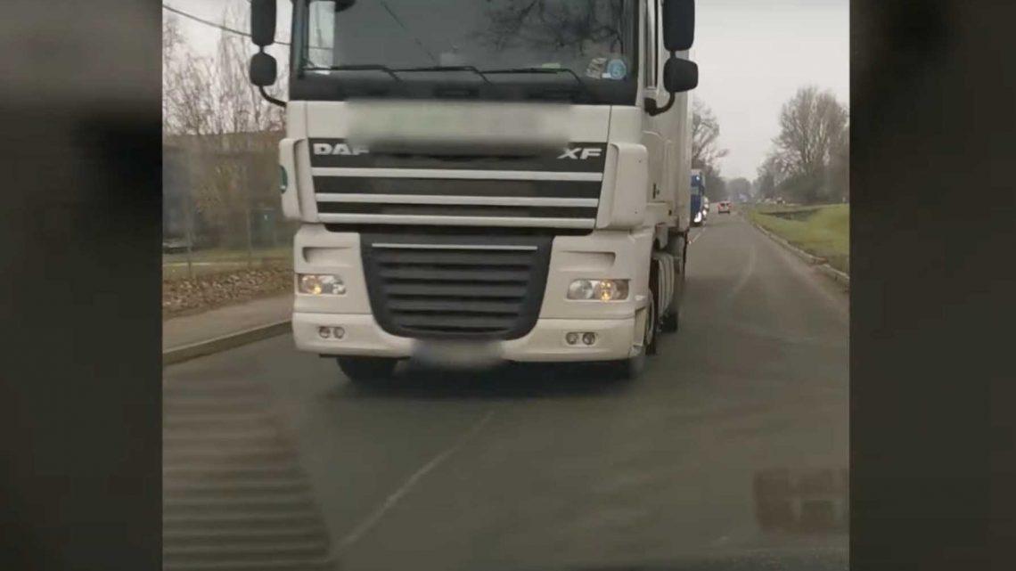 Videón, ahogy szándékosan ráhúzta a kormányt egy autósra a kamionos. Előállították