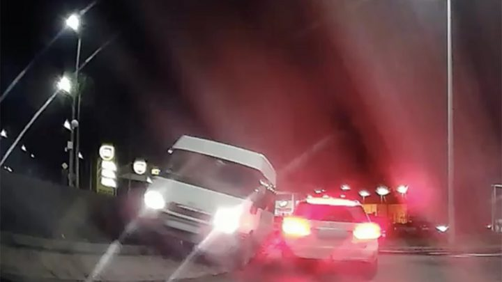 VIDEÓ: Az ütközés után még letarolt egy kukát is, majd besétált a rendőrségre