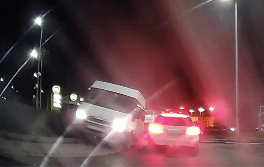 VIDEÓ: Szemből behajtott, nekiment egy autónak, majd elhajtott a kisbusz sofőrje