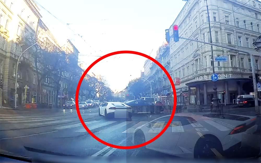 VIDEÓ: A keresztülhaladó autósok és piros lámpa elhagyása után villamosvezetőnek képzelte magát a lamborghinis pilóta