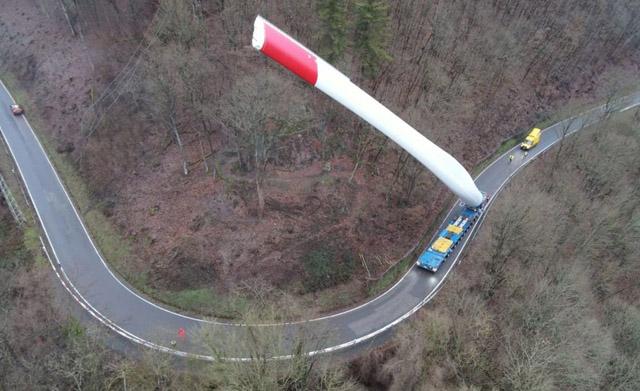FOTÓK: A 67 méteres szélturbinalapátot is valahogy a helyére kell vinni