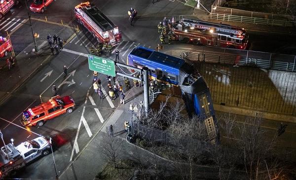 FOTÓK: Átszakította a korlátot és fejjel lefelé lógott a felüljáróról egy utasokkal teli csuklós busz New Yorkban