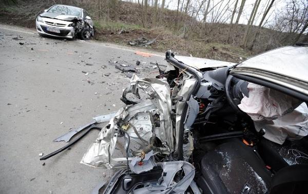FOTÓK: Frontálisan ütközött két autó reggel Bugyi és Felsővány között – Egy nő életét vesztette