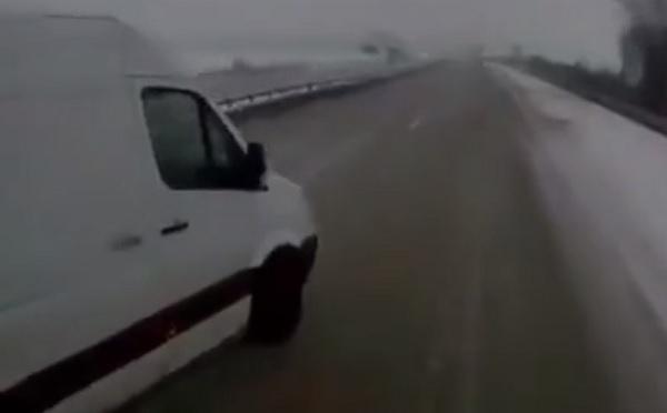 VIDEÓ: Ijesztő hallani, ahogy kétségbeesetten ordít a sofőr, miután egy karambol után tehetetlenül sodródik autójával az árokba