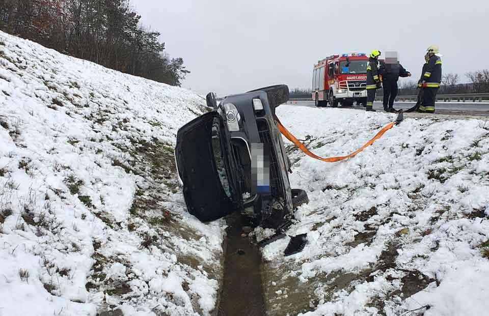 FOTÓK: Négyen ültek a Skodában, snowboard-ozni indultak Eplénybe