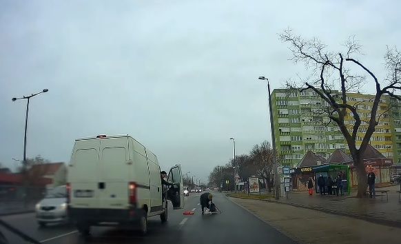 VIDEÓ: A néni a zebra helyett a 2×2 sávos út közepén kelt át, de nem jött össze – A furgonos előtt le a kalappal