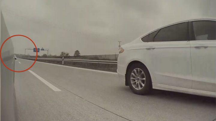 VIDEÓ: Tesla oldalkamerája rögzítette, ahogy az M0-son egy autós lebontja a terelőelemeket