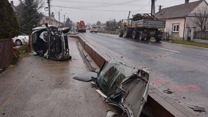 VIDEÓ: Traktor gumijának ütközött, majd visszapattant róla a Peugeot Körmenden
