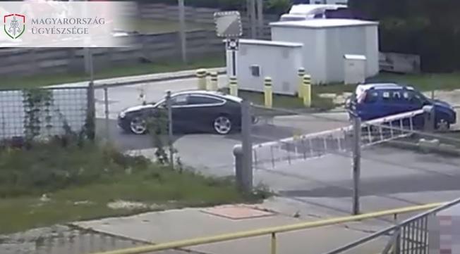 VIDEÓ: Útban volt neki a Suzuki, ezért rádobott egy kötelet és elvontatta – A vontatott autóban komoly kár keletkezett