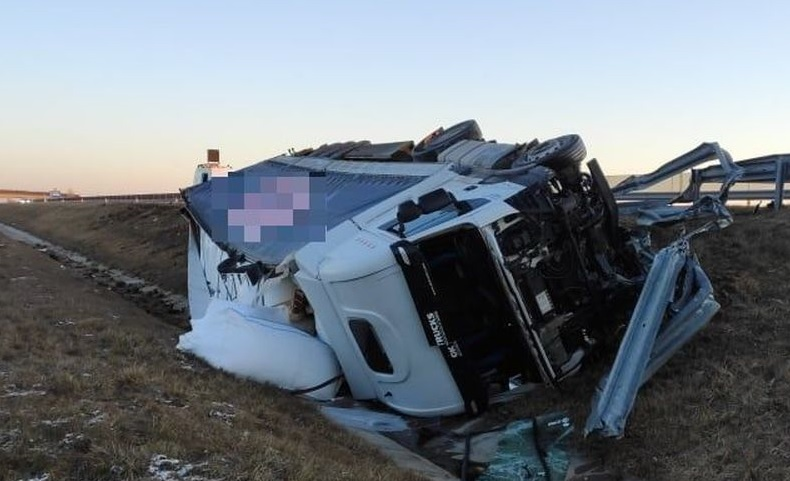 FOTÓK: Árokba borult egy teherautó reggel az M6-os autópályán