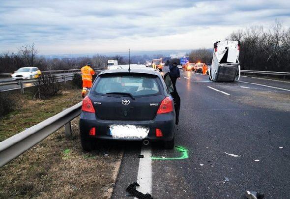 FOTÓK: Hét jármű ütközött péntek hajnalban az M7-es autópályán