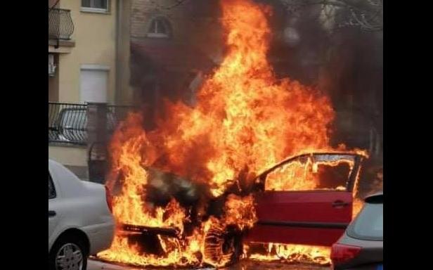 FOTÓK: Hatalmas lángokkal égett egy autó Dunakeszin