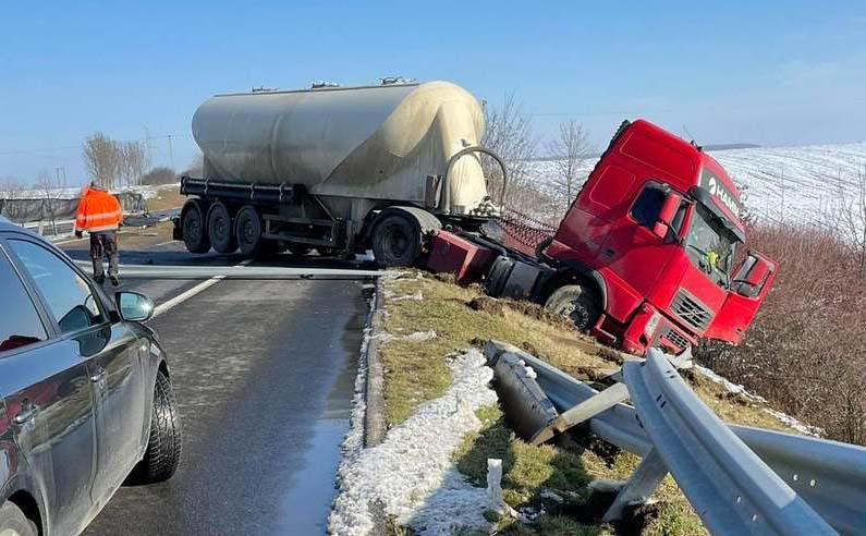 Áttört egy kamion a másik pályatestre az M60-ason