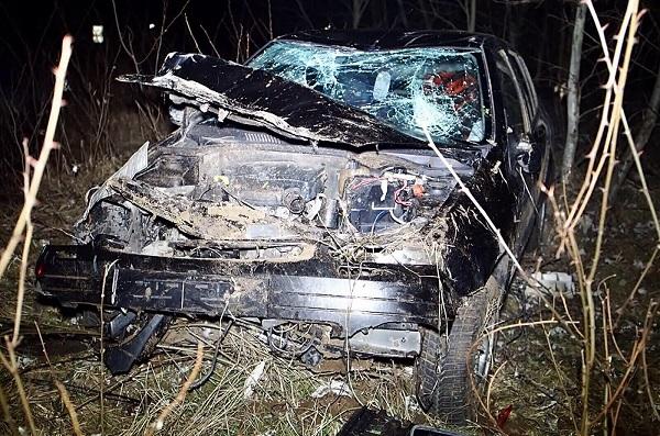 Súlyosan sérült utasát hátrahagyva akart menekülni az ittas sofőr, miután autójával a fák közé csapódott