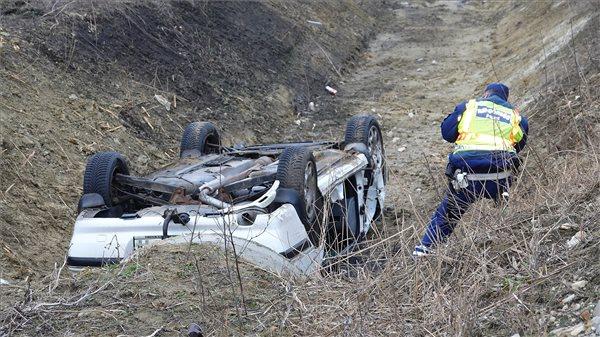 FOTÓK: Két ember életét vesztette miután autójuk árokba borult Szolnoknál