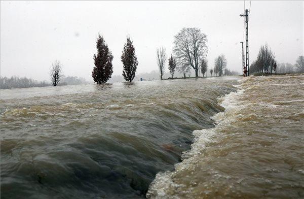 FOTÓK: Több útszakaszt is le kellett zárni a Sajó áradása miatt Borsod-Abaúj-Zemplén megyében