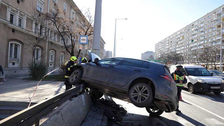Összeütköztek. A motoros életveszélyesen megsérült a Szentendrei úti balesetben