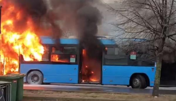 VIDEÓ: Hatalmas lángokkal égett egy busz a Savoya Parknál